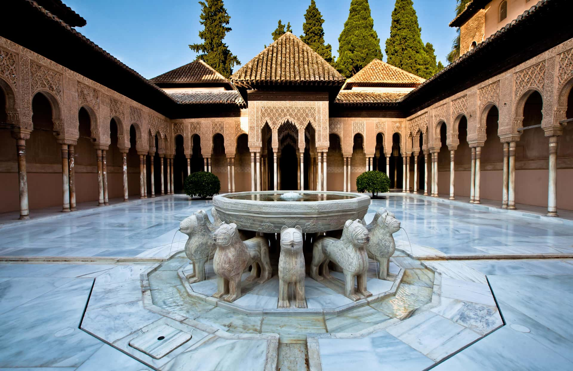 imagen del patio de los leones con la fuente en el centro